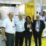 Stand da Apis Flora de Ribeirão Preto-SP, vendo-se da esq. p/direita o Sr. Radamés Zovaro (SP), Sr. Henrique Breyer (PR), Sra. Jandira P. da Mata (BA) e Sr. Antonio C. Meda (SP).