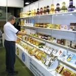 Radamés Zovaro, de São Paulo, visitando um dos stands asiáticos com produtos das abelhas.
