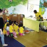 Espaço cultural externo para recreação infantil com brincadeiras sobre abelhas.