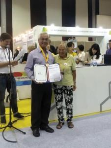Apimondia premiação de Celio Santos Silvia da Apis Nativa