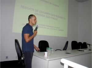 O palestrante Fabiano Guedes Rodrigues da Silva projetou uma série de slides mostrando o crescimento do número de enxames que se alojam nas residências nos últimos três anos.