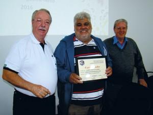 Ao final da reunião homenageamos o colaborador da APACAME, há mais de 25 anos, Álvaro Chaves de Oliveira, organizando os Cursos da APACAME, com a entrega de um Certificado.