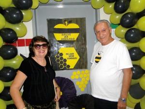 """Prof. Dr. Lionel Segui Gonçalves e sua esposa Sra. Neide M. Malusá Gonçalves na entrada da Sala temática """"Salve as Abelhas""""."""