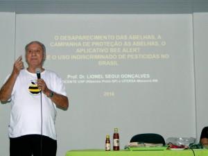 Prof. Dr. Lionel Segui Gonçalves em sua palestra sobre o Desaparecimento das abelhas.
