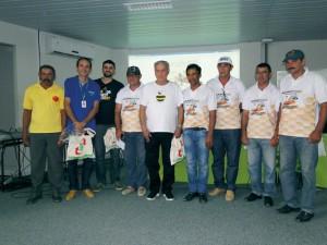 Membros da ACAP (Associaçao Cerrocoraense de Apicultores) com o Prof. Lionel Gonçalves.