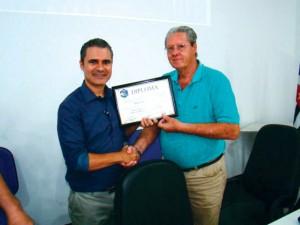 Foi uma reunião memorável não só pelos conhecimentos transmitidos como pelo final festivo com os sorteios realizados e para registrar este momento o Sr. Radamés Zovaro, Diretor Técnico da APACAME fez a entrega de um Diploma ao Prof. Fernando Amaral.