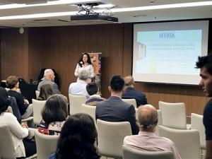 """Katia Peres Gramacho realiza a palestra """"A importância das abelhas, polinização e agricultura"""", durante o evento da ONG Bee or not to be."""