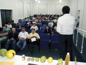 O Sr. Hilton Claudino durante a sua apresentação, destacando os benefícios das frutas e do vinagre de Maçã para a saúde humana.