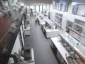 Foto 20 – Vista geral dos modernos e super equipados laboratórios de análises de mel da empresa Balparmak, da Turkia, maior laboratório de análises especificas de mel do mundo.