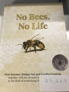 """Foto 9 – Premiação com medalha de prata- Livro """"No Bees, No Life"""" (Sem abelhas, sem vida), de Peter Kozmus, Bostjan Noc e Karolina Vrtacnik."""