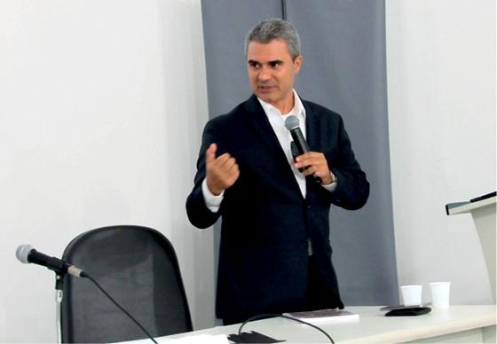 O Prof. Fernando Luis do Amaral durante a sua palestra, cujo tema despertou o interesse de todos os associados e convidados presentes ao evento.