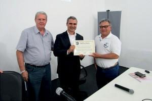 Ao final da Palestra o Prof. Fernando Amaral foi agraciado com um Diploma que registra a sua presença na nossa reunião, o qual foi entregue pelo nosso Diretor Técnico Radamés Zovaro, a esquerda do Prof. Fernando e pelo Vice-tesoureiro Eloi Viana da Silva.