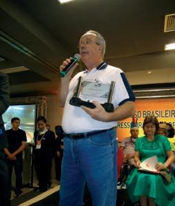 Constantino Zara Filho foi homenageado pela CBA no 18o Congresso Brasileiro de Apicultura.