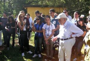 Figura 2 - Dr. Paulo Nogueira-Neto com estudantes cearenses em sua fazenda Aretuzina, em São Simão, estado de São Paulo.