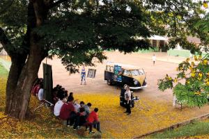Figura 2: Aulas de educação ambiental da startup KombiLab utilizando abelhas sem ferrão como material didático.