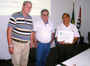 Radamés Zovaro e Eloi Viana da Silva representando a APACAME diplomaram o palestrante