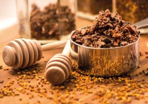 Própolis é o produto resultante das resinas coletadas pelas abelhas.