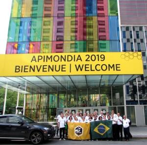 Delegação da APACAME na frente do Palácio dos Congressos - Montreal - Canadá.