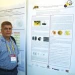 Prof. Dr. Dejair Message, docente da UFERSA-Mossoró-RN em frente a um de seus posters sobre patologia apícola