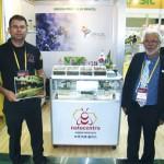 Stand da Natucentro, de Bambuí-MG e o técnico apícola Sr. Cezar Ramos Júnior, premiado no concurso público (foto e vídeo - própolis verde) ao lado do empresário Sr. Carlos Meda da Apis Flora.