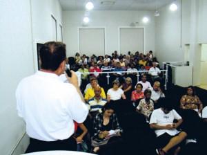 Vista parcial do público presente à reunião.