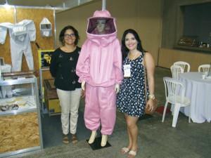 A Mazé Apicultura Indumentária Apícola devidamente representada pela proprietária Mazé Anastácio e sua filha Iruska fizeram sucesso com o macacão Rosa em homenagem as mulheres que atuam na apicultura em especial no Nordeste.