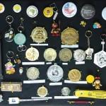 Prêmios e botons conquistados e ganhos ao longo dos anos em eventos apícolas no Brasil e no Exterior.