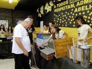 Alunos expondo aos visitantes, assuntos relacionados às abelhas , apicultura e meliponicultura.