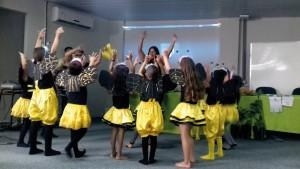 """Crianças vestidas de abelhinhas apresentando coreografia baseada na música """"As Abelhas"""" de Vinicius de Morais."""