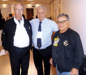 Constantino Zara, presidente da APACAME, juntamente com Prof. Dr. Lionel Segui Gonçalves e o apicultor Eloi Viana