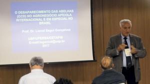 O prof. Dr Lionel Segui Gonçalves, presidente da ONG Bee or not to Be, confere sua palestra sobre o Desaparecimento das abelhas.