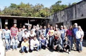 O grupo de alunos e no lado direito de Blusa Azul Álvaro Chaves e ai seu lado camisa branca Eloi Viana da Silva.