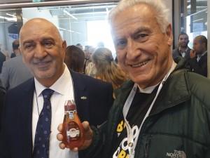 Foto 21 – Prof. Dr. Lionel ao lado do Presidente da empresa Balparmak, tendo em suas mãos um precioso presente, um frasco de um dos mais premiados méis da empresa (Blossom honey).