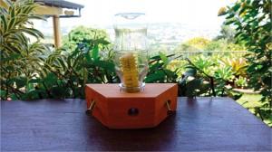 Figura 10. Alimentador modelo ROSO montado para fornecimento de suplemento proteico às abelhas. O refil contendo alimento é introduzido na garrafa. Da mesma forma que no fornecimento de alimento liquido, as abelhas acessam o suplemento proteico por meio do túnel de entrada.