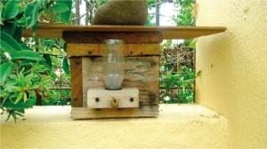 Figura 6. Colmeia de abelha jatai sendo suplementada com alimento liquido por meio do alimentador modelo Roso.