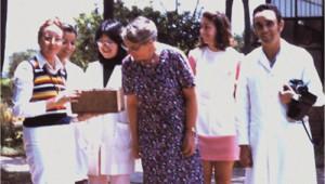 PNN e a visita ilustre da Dra. Eva Crane ao laboratório de abelhas. a partir da esquerda: Maria Augusta Cabral de Oliveira, Vera Lúcia Imperatriz Fonseca, Satoko Iwama, dra Eva Crane, Marilda Cortopassi e PNN