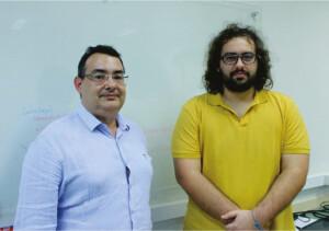 Carlos Maciel (à esquerda) e Jordão Natal desenvolveram um sistema inédito para monitorar o comportamento de animais que atuam de forma coletiva. Foto: Henrique Fontes/SEL.